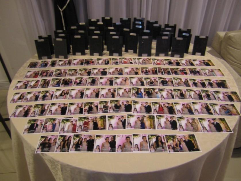 Cada convidado recepcionado recebeu sua foto junto com a aniversariante lembrança na saída do evento.